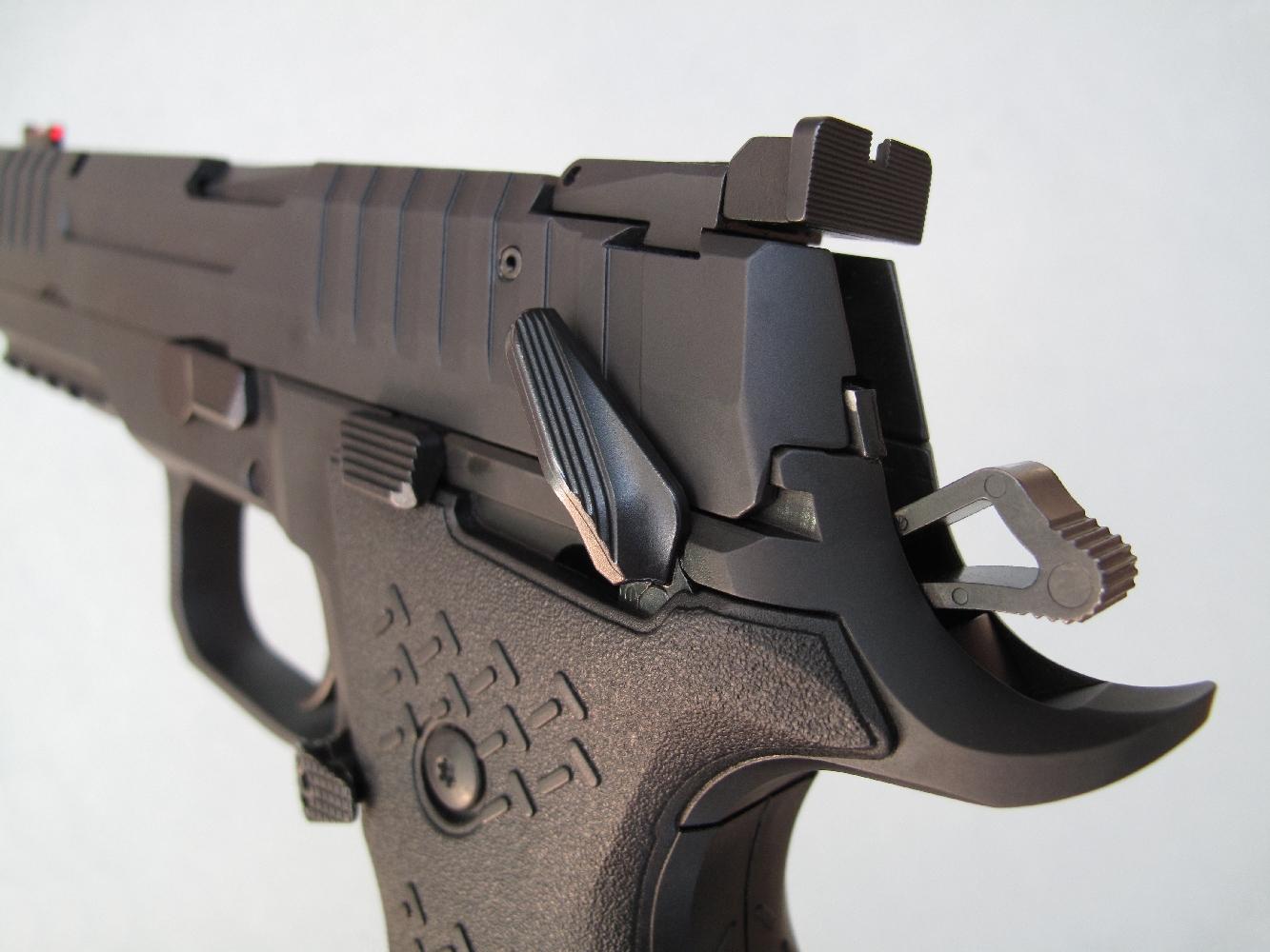 Le tireur peut très aisément enclencher ou désactiver la sûreté sans déchausser la main grâce à l'ergonomie et à la douceur du levier ambidextre qui l'actionne.