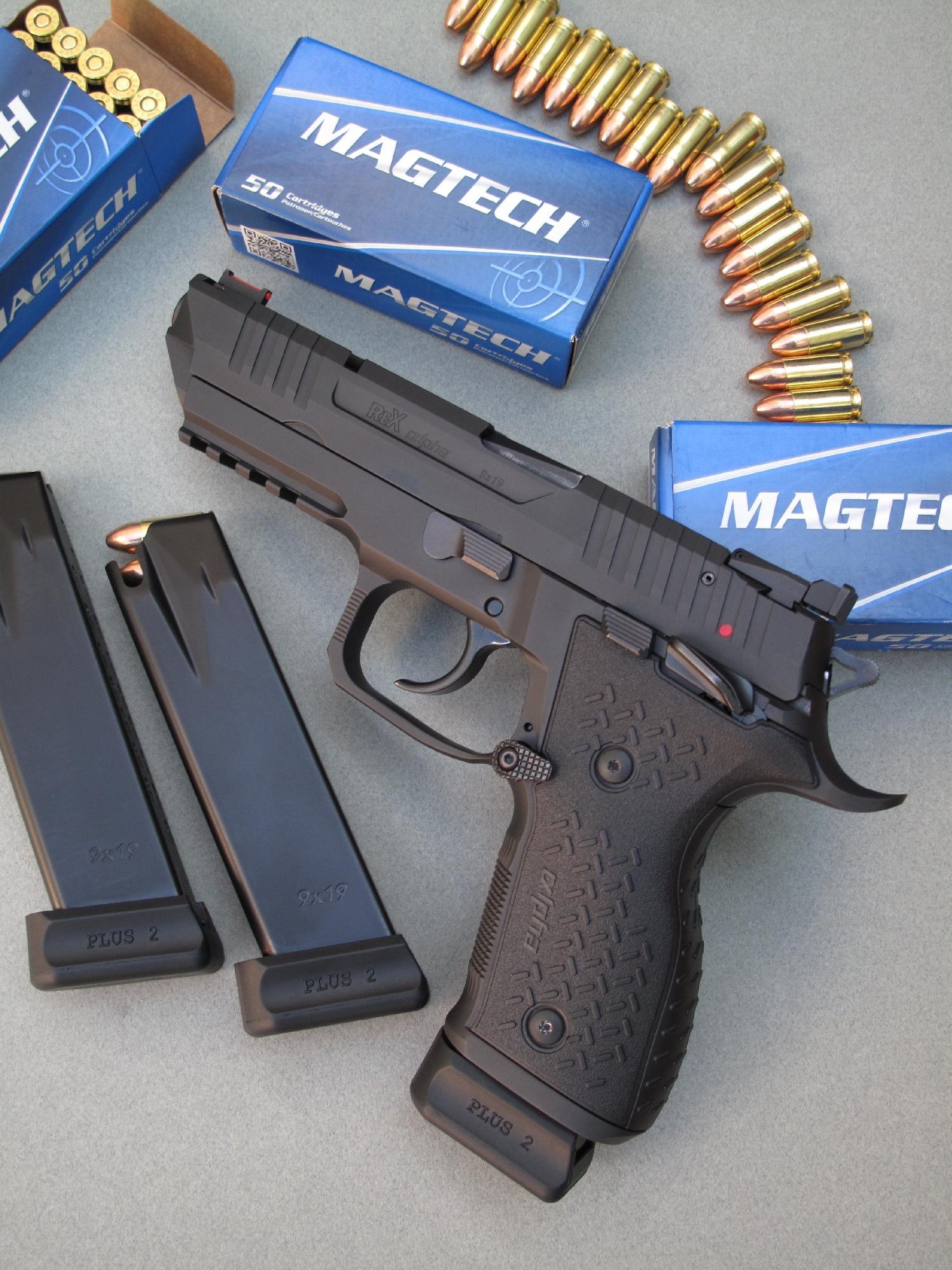 Le pistolet REX alpha se démarque par son canon de cinq pouces, sa glissière allongée et allégée, ses chargeurs à grande capacité, ses commandes ambidextres et ses éléments de visée qui se composent d'une hausse réglable et d'un guidon à fibre optique.