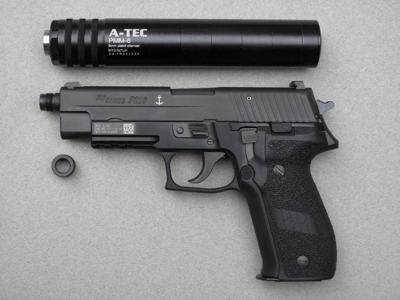 Dans sa configuration standard, le silencieux PMM-6 mesure peu ou prou la même longueur que le pistolet mais il est modulable et peut être instantanément raccourci par son utilisateur.