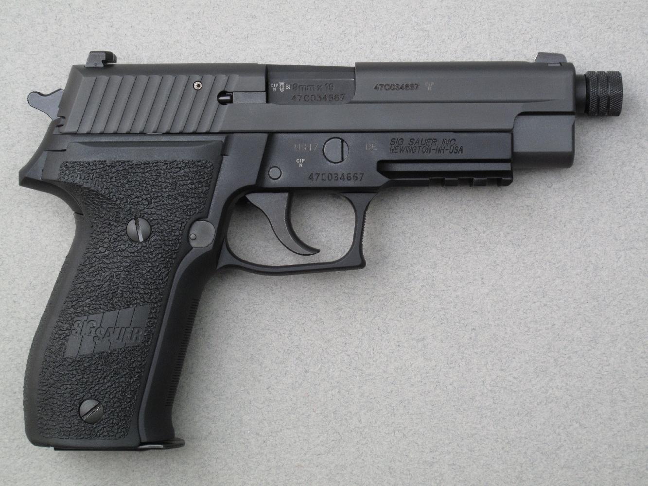 Le marquage « SIG SAUER INC. NEWINGTON-NH-USA », qui est gravée sur le flanc droit de la carcasse, indique clairement la provenance nord-américaine de cette arme.