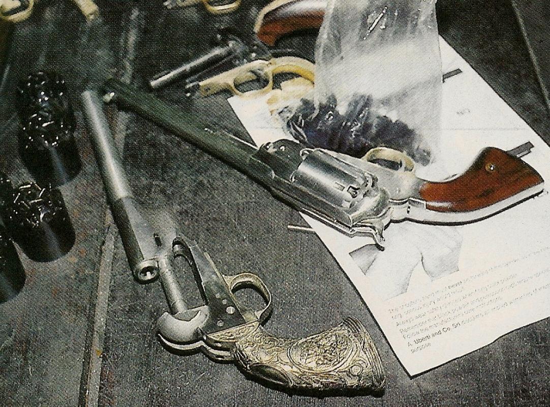 Il est possible d'entrevoir, au détour des allées de l'atelier d'ajustage, quelques pièces fort intéressantes, pas encore commercialisées, comme cette crosse « Tiffany » installée sur une réplique du revolver Colt Army modèle 1860.