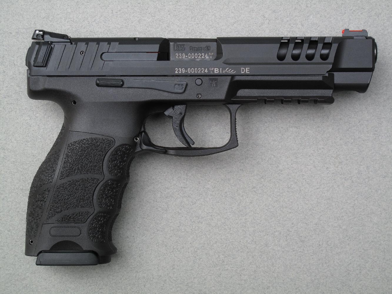 Ce pistolet dispose, outre les divers équipements que réclament les tireurs sportifs exigeants, d'une glissière ventilée pour améliorer le refroidissement du canon et de deux oreilles de préhension pour faciliter l'armement.