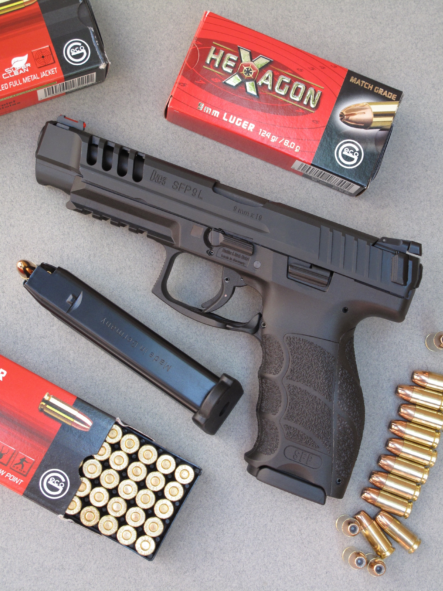 Le pistolet HK SFP9L est accompagné ici par différents types de munitions encartouchées par la firme allemande Geco : SX « Super Clean » à balle blindée 124 grains ; Hexagon « Match Grade » à balle expansive 124 grains ; Hollow Point à balle expansive 115 grains.