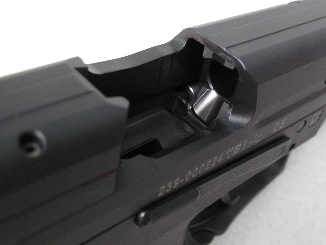 Cette vue permet d'observer, au travers de la fenêtre d'éjection, la rampe d'alimentation inclinée usinée à la base du canon pour guider la cartouche vers la chambre.