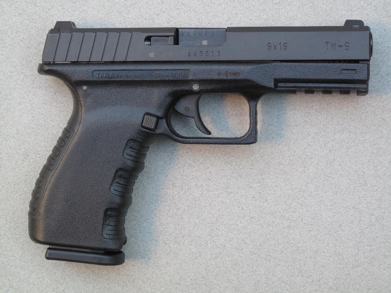 Ce pistolet semi-automatique se présente comme une copie du Glock 17, mais il se démarque radicalement de ce dernier par la simplicité d'utilisation de sa platine DAO.
