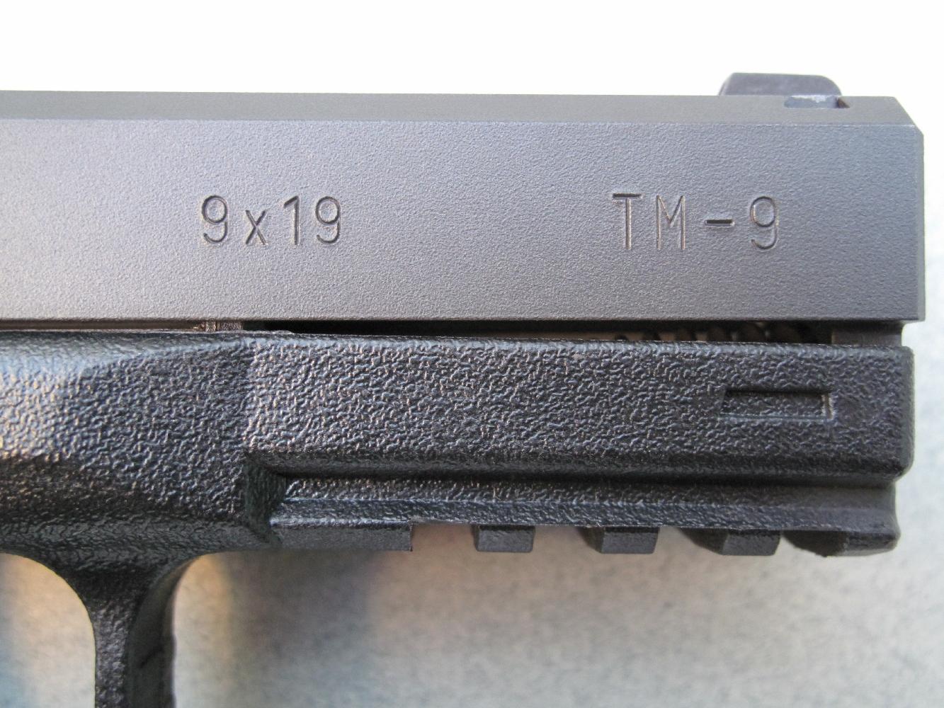 L'indication du calibre 9x19 mm et la dénomination du modèle sont frappés sur le flanc droit de la glissière.