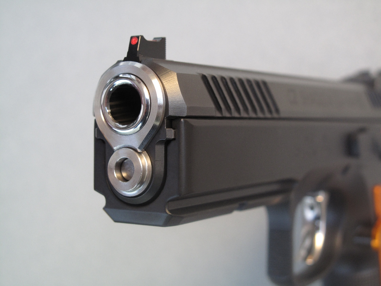 Etonnant et inédit : son canon bénéficie d'une bague de centrage dont la configuration est identique à celle du Colt 1911 A1.