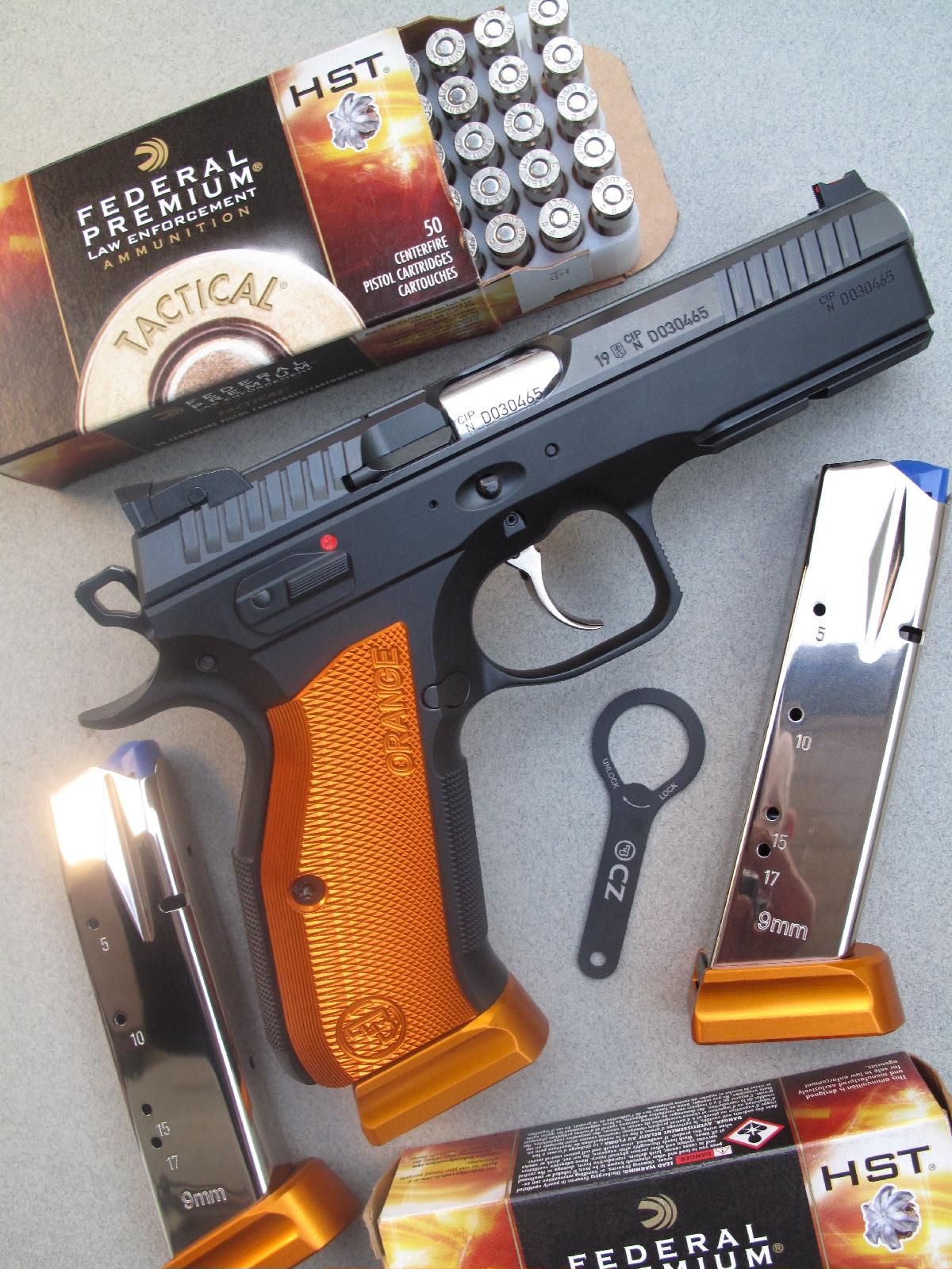 Le pistolet CZ 75 Shadow 2 Orange avec ses trois chargeurs, accompagné par sa clé de bushing et par des munitions à balle expansive Law Enforcement Tactical manufacturées par la firme américaine Federal.