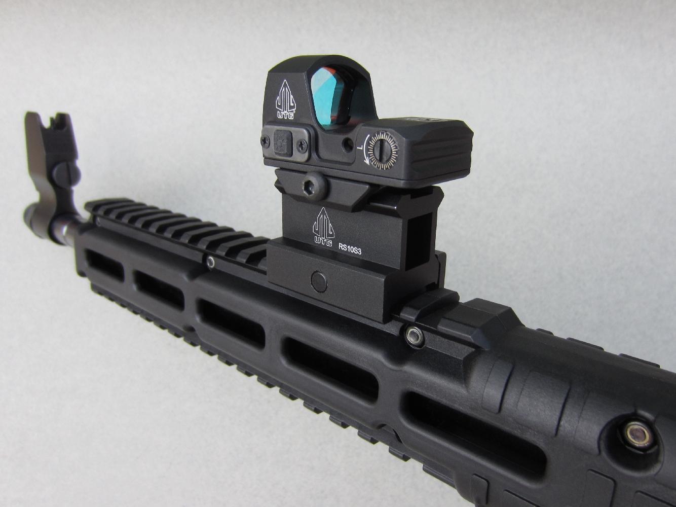 La solution la plus efficace pour résoudre le problème de prise de visée que pose l'inconfort de la crosse d'épaule consiste à utiliser un viseur holographique installé sur le rail Picatinny au moyen d'un réhausseur de 25 mm.