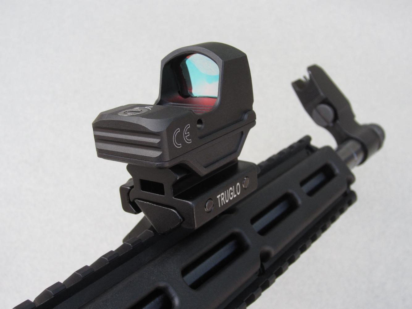 L'installation d'un viseur déporté, au moyen d'un adaptateur Picatinny incliné à quarante-cinq degrés couplé à un réhausseur de 12 mm présente l'avantage ne pas entraver le repliement de l'arme.