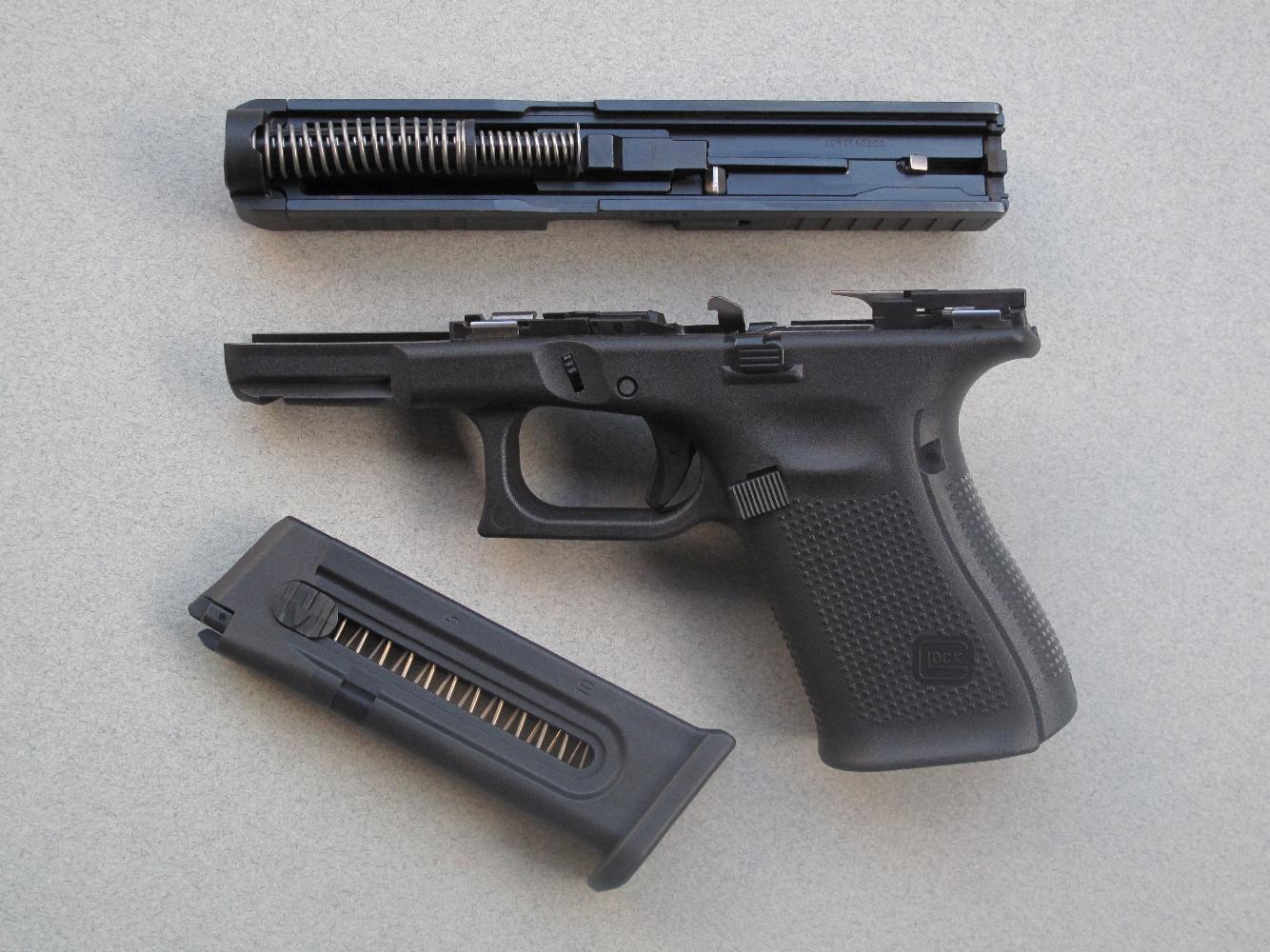 Le démontage s'effectue de façon instantanée, après avoir retiré le chargeur et désarmé le mécanisme en pressant la détente, à l'instar de tous les pistolets Glock à percussion centrale.