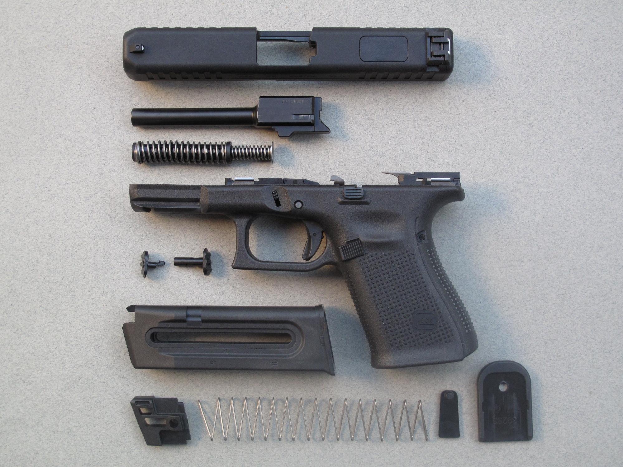 Le démontage sommaire de ce pistolet permet d'observer son système récupérateur télescopique constitué par deux ressorts hélicoïdaux imbriqués.