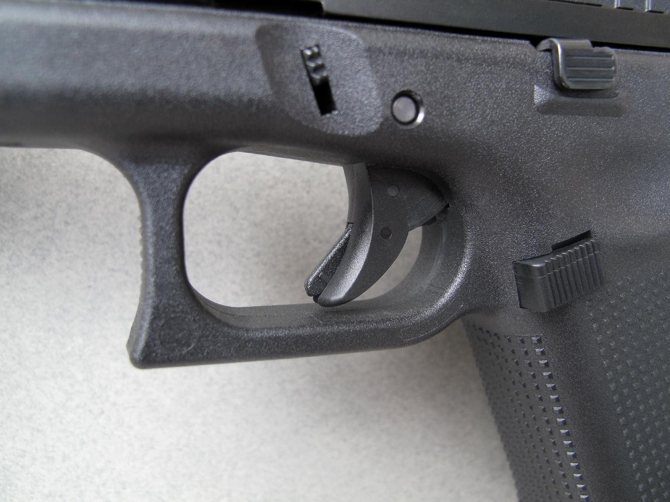 Le G44 hérite de la platine Safe Action qui a largement contribué au succès des pistolets Glock. Le fait que la queue de détente soit, comme ici, en position avancée implique que le mécanisme est obligatoirement armé.
