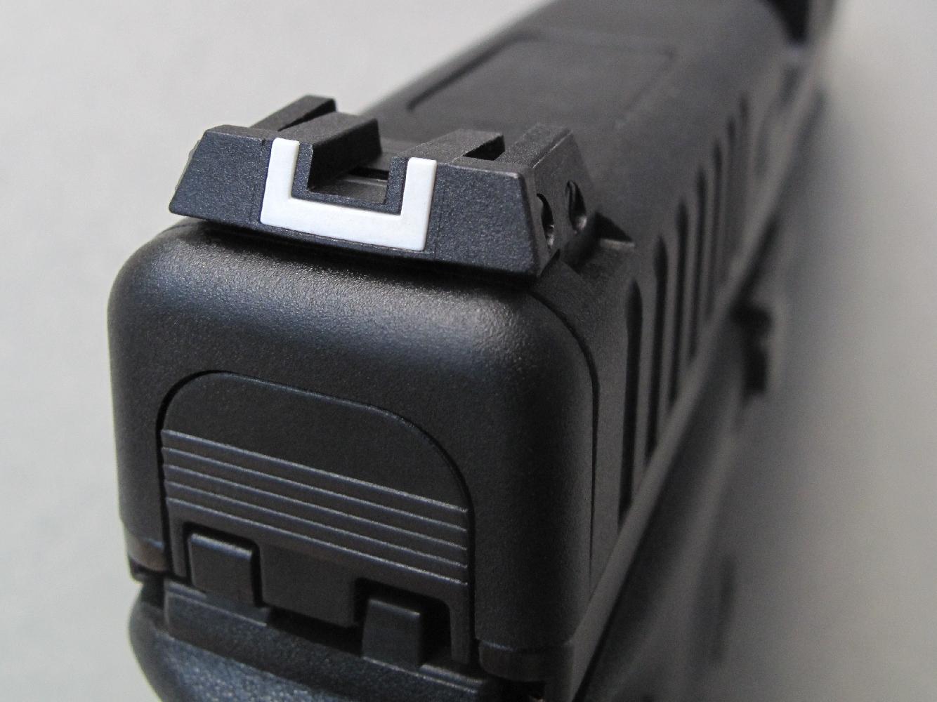 Alors que seule la partie centrale était mobile sur les hausses réglables installées jusqu'alors sur les pistolets Glock, le G44 bénéficie d'une hausse nettement améliorée, dotée d'une large visière pour faciliter l'alignement en site.