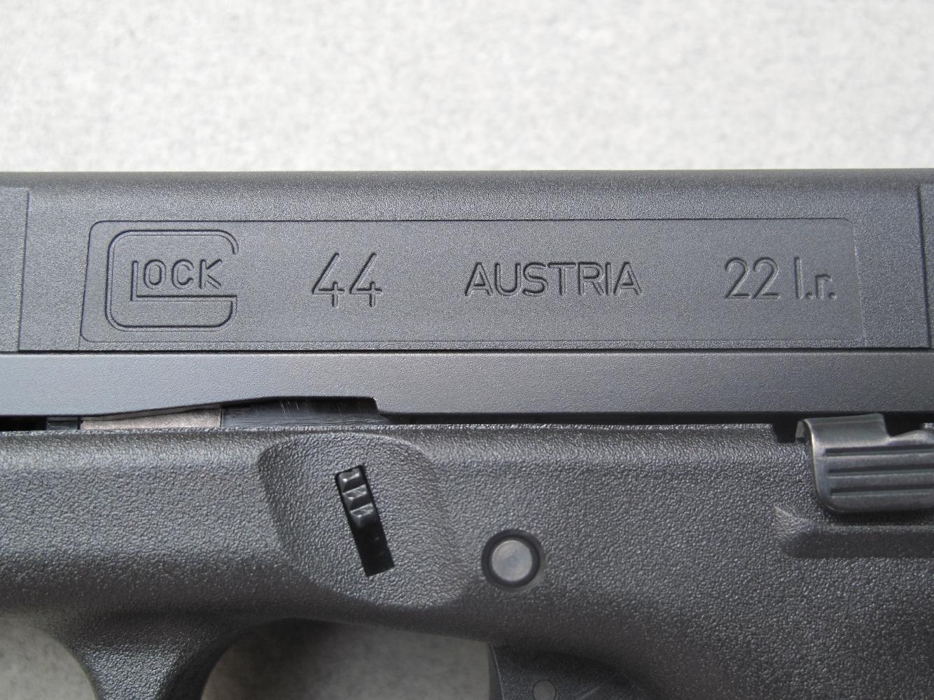 Les indications concernant le fabricant, le pays d'origine, le modèle et le calibre sont moulées dans le polymère de la culasse à glissière.