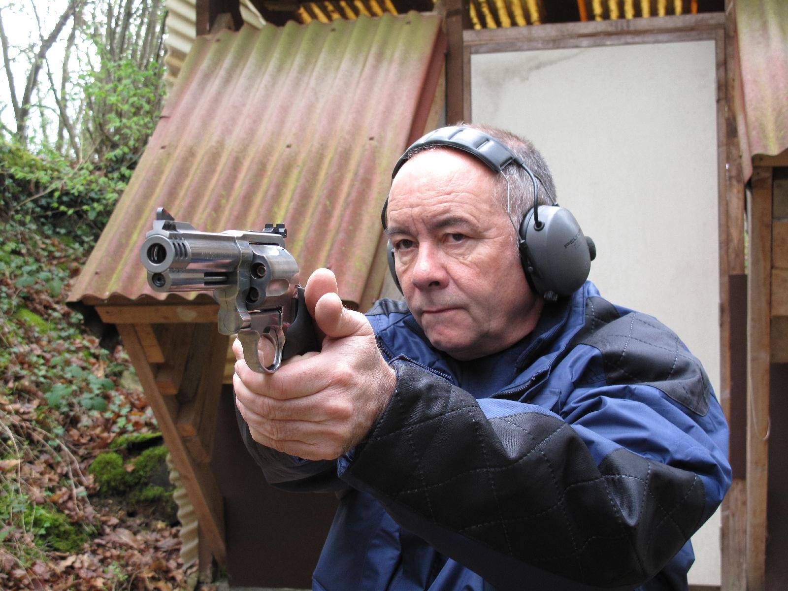 Revolver Smith & Wesson modèle 460 XVR en calibre .460 Magnum, lors de notre banc d'essai réalisé en 2011.