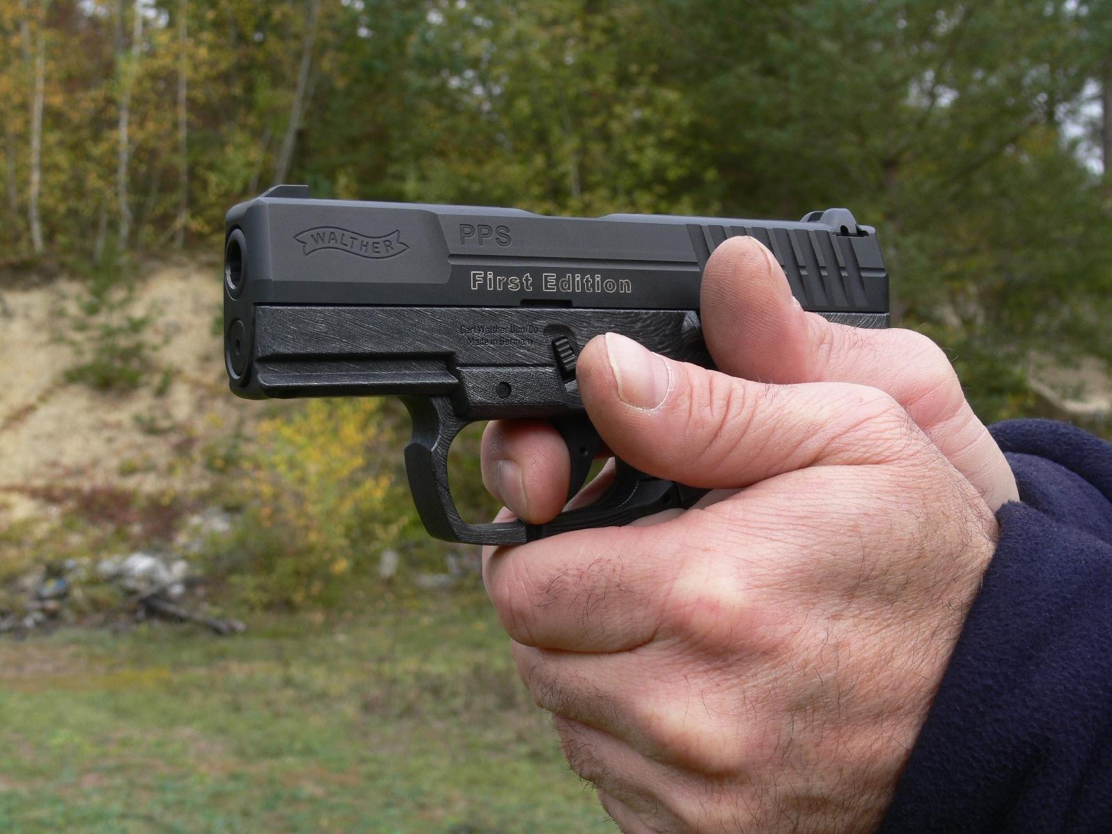 Pistolet Walther modèle PPS en calibre 9mm Parabellum lors de notre banc d'essai réalisé en 2007.