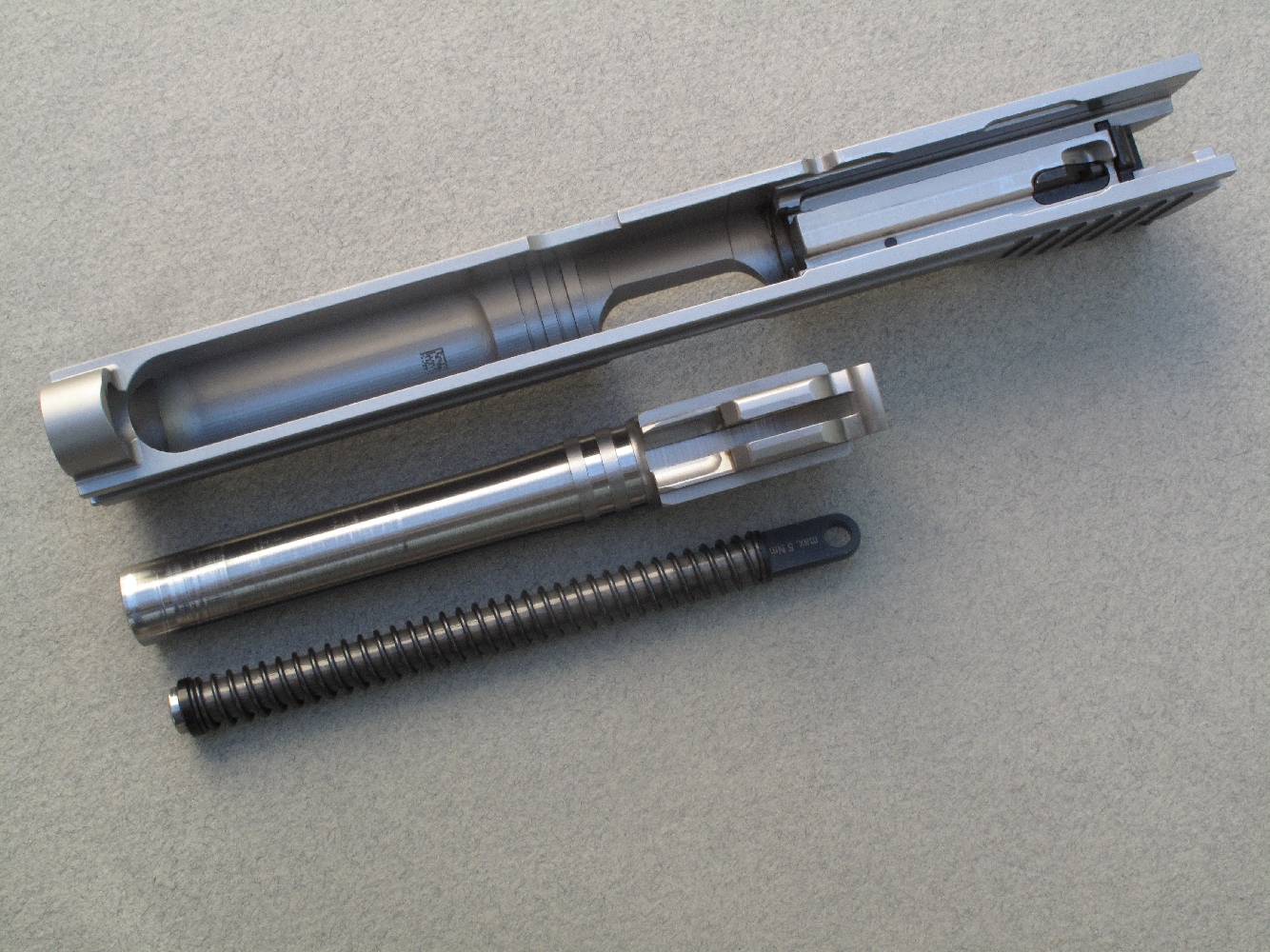 Cette vue permet d'observer le soin avec lequel sont réalisés les usinages et les ajustages du canon et de la culasse à glissière.