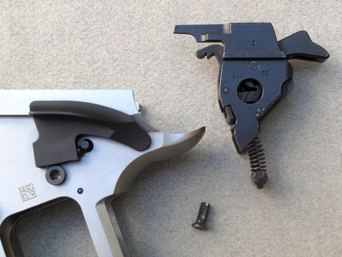 Les éléments du mécanisme de percussion (marteau, ressort, gâchette, éjecteur) sont regroupés dans un boîtier amovible aisément démontable, maintenu à la carcasse par une vis directement accessible sous le busc de la poignée.