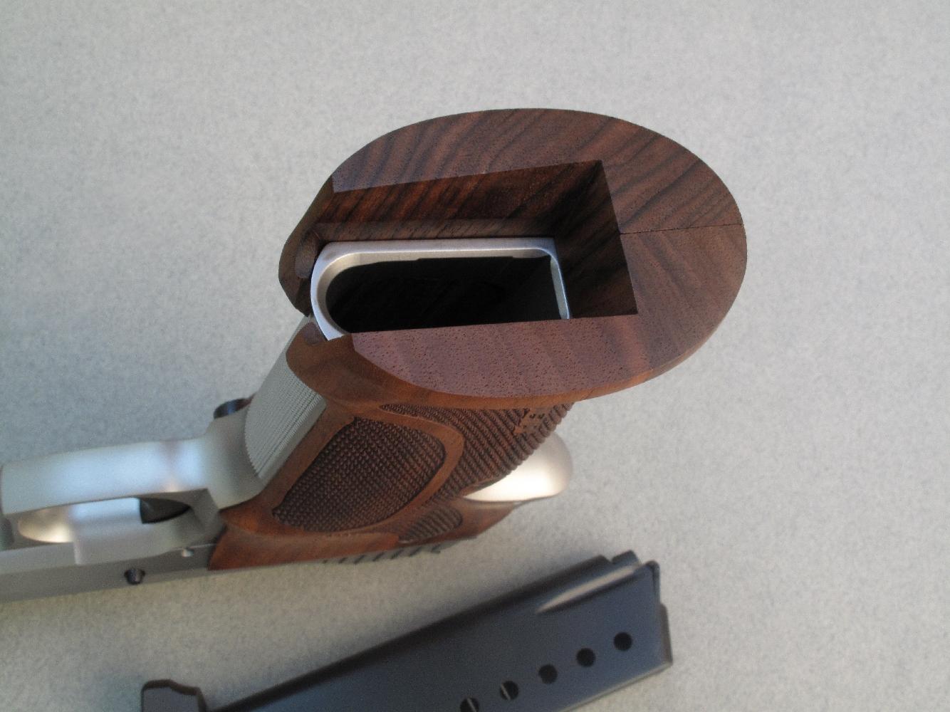 Les plaquettes de crosse, qui dégagent largement l'accès au puits de chargeur, disposent de parois internes inclinées de façon à former un « Jet Funnel ».