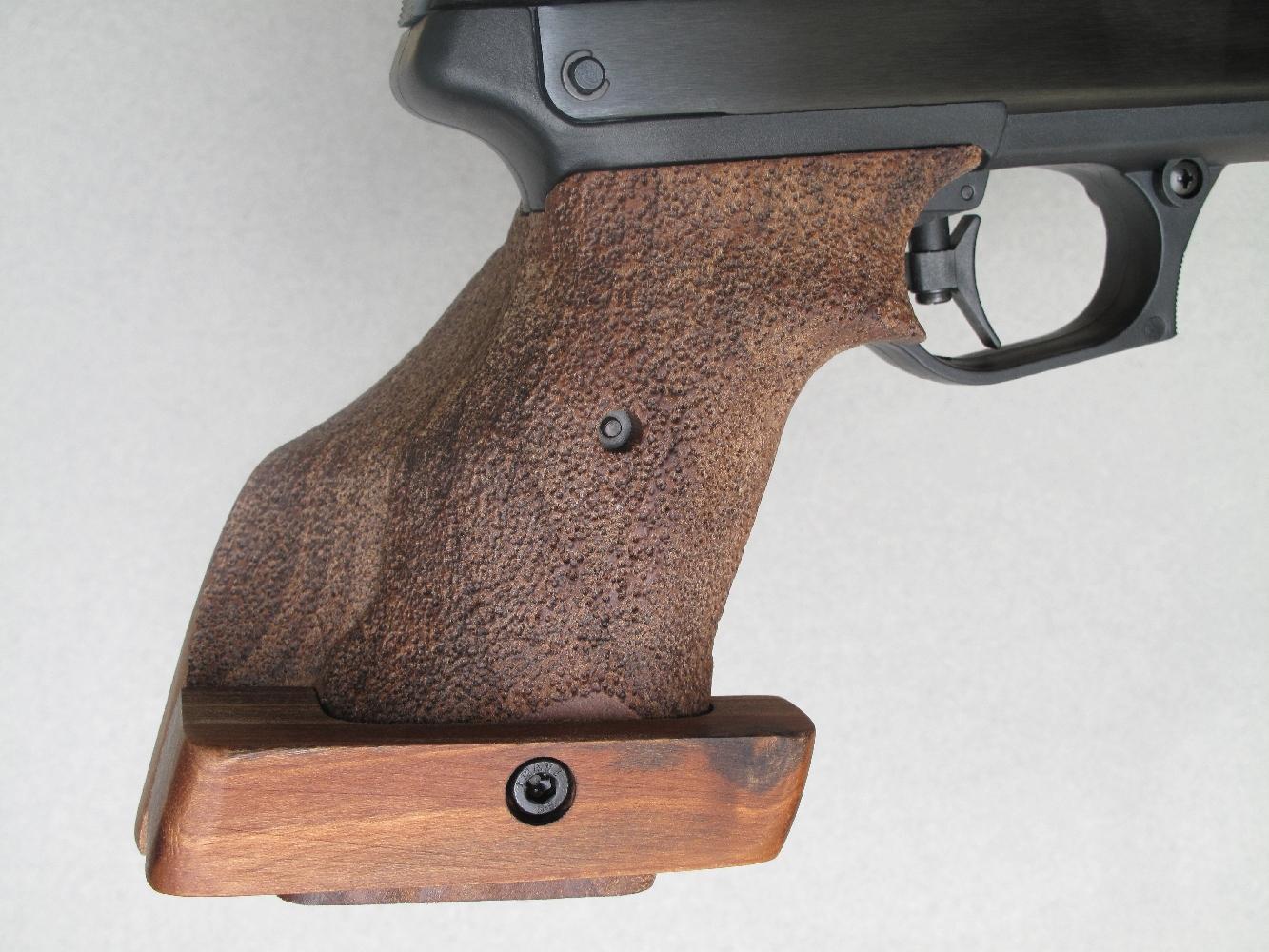 Ce pistolet reçoit une excellente poignée anatomique, proposée en deux versions selon qu'elle s'adresse à un tireur droitier ou gaucher. Le talon réglable facilite considérablement la tenue du pistolet à bras franc .