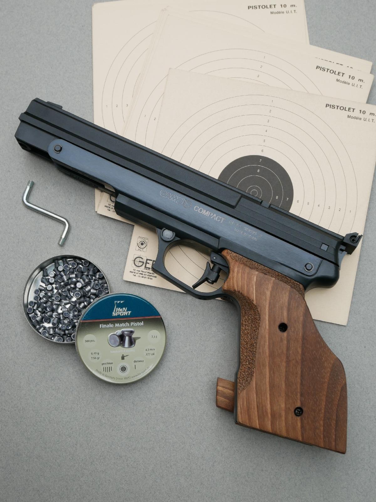 Le pistolet GAMO Compact est livré dans une mallette en matière plastique garnie de mousse, accompagné par un manuel utilisateur et une petite boîte de plombs à jupe. La clé hexagonale de 4 mm nécessaire au réglage du talon de la crosse anatomique n'est pas fournie. Celle qui figure sur la photo provient... de la maison IKEA !