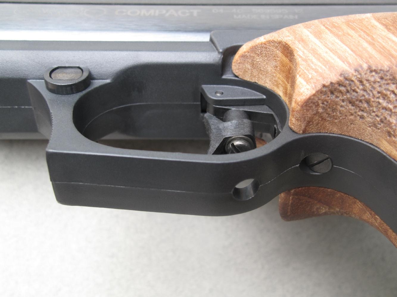 Deux vis de réglage sont accessibles sous le pontet, l'une permet de faire pivoter la queue de détente pour modifier son orientation et l'autre sert à régler sa course.