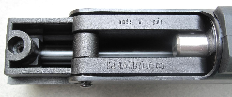 Les indications relatives au calibre et au type de projectile utilisé sont moulées sous la carcasse.