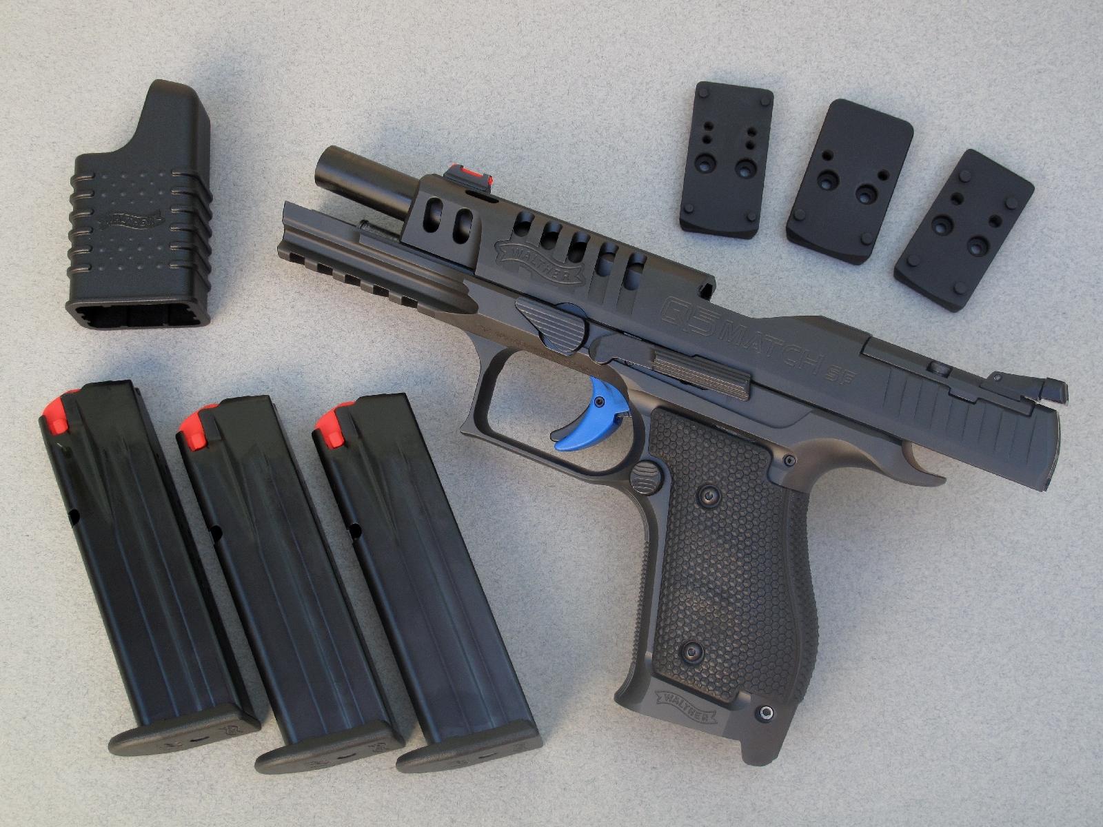 Ce pistolet est livré avec trois chargeurs de quinze coups, un outil permettant de faciliter leur remplissage et trois platines interchangeables destinées à la fixation d'un micro-viseur reflex.