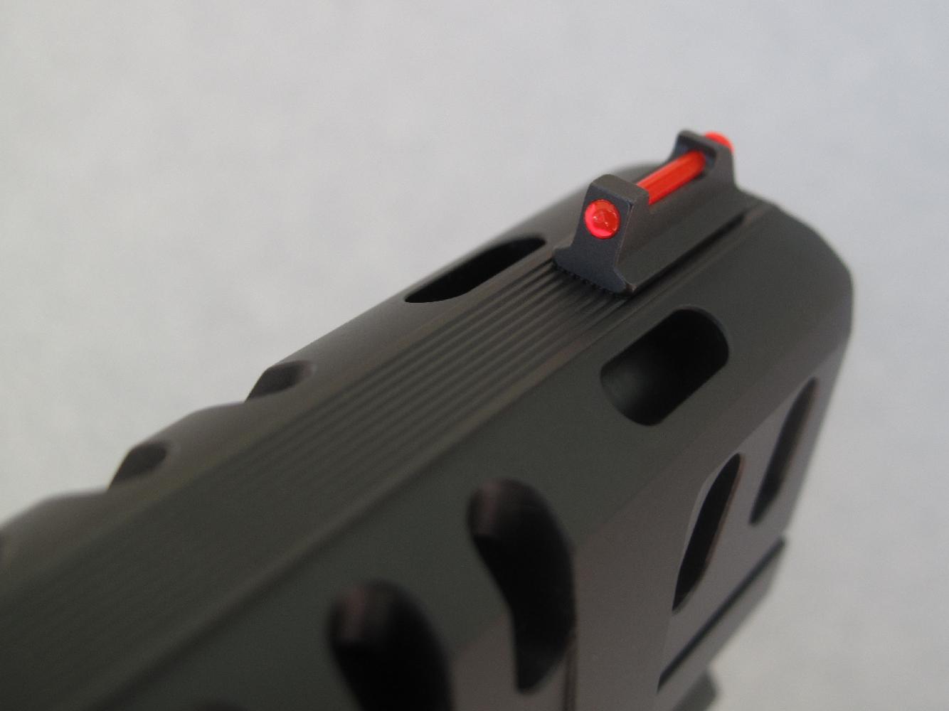 Ce pistolet dispose d'un guidon intégrant une fibre optique de couleur rouge de façon à améliorer les contrastes.