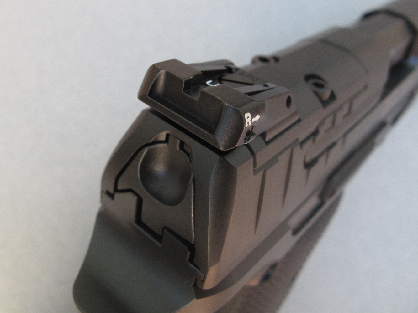 Ce pistolet reçoit une hausse de la firme italienne LPA, réglable en site et en azimut, dont on notera que le cran de mire très ouvert a pour but de privilégier le tir rapide.