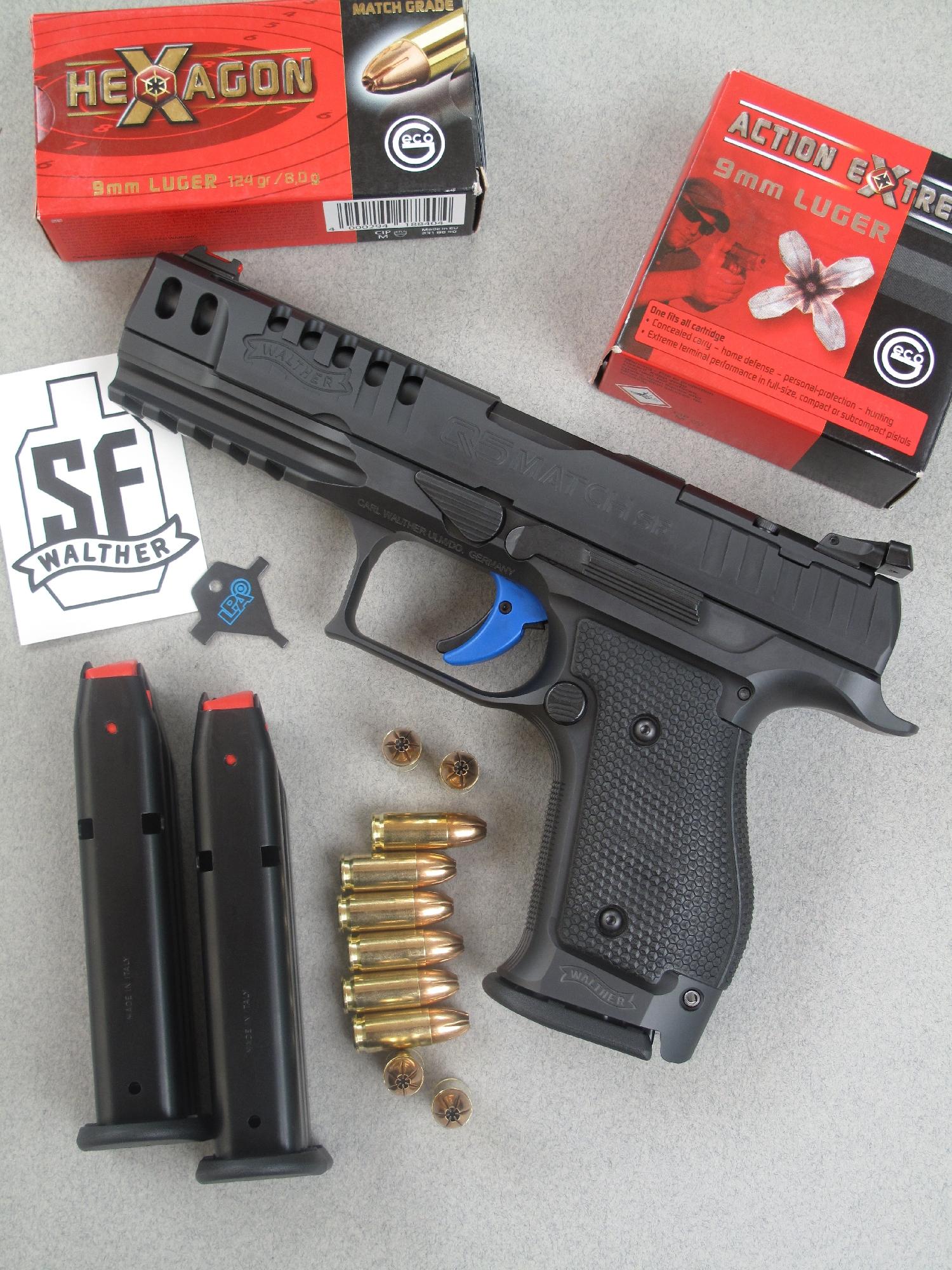 Le pistolet semi-automatique Walther Q5 Match SF est accompagné ici par ses trois chargeurs de quinze coups, des munitions de la firme allemande Geco et par l'outil destiné au réglage de la hausse.