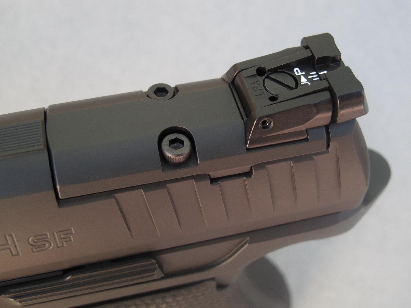 La platine MB-03, qui est installée d'origine pour assurer la fixation de la hausse micrométrique, peut être aisément remplacée par l'une des trois autres platines livrées avec l'arme pour recevoir un micro-viseur holographique des marques Docter (MB 01), Trijicon (MB 02) et Leupold/DeltaPoint (MB 04).