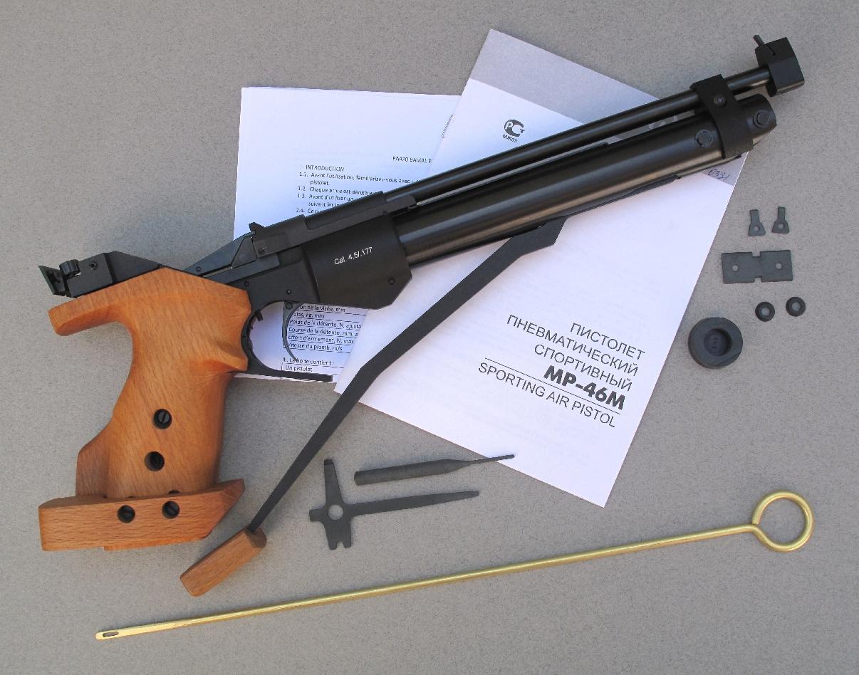 Ce pistolet est livré accompagné par un manuel utilisateur et divers accessoires : baguette de nettoyage du canon, outil destiné au réglage de la hausse, chasse-goupille, visières de hausse et guidons interchangeables, joints en caoutchouc de rechange.
