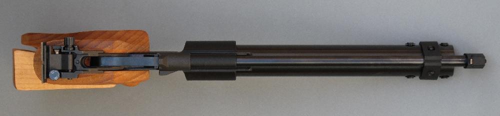 Comme on peut le constater sur cette vue du dessus de l'arme, les éléments de visée ont été placés de façon à allonger au maximum la ligne de mire.