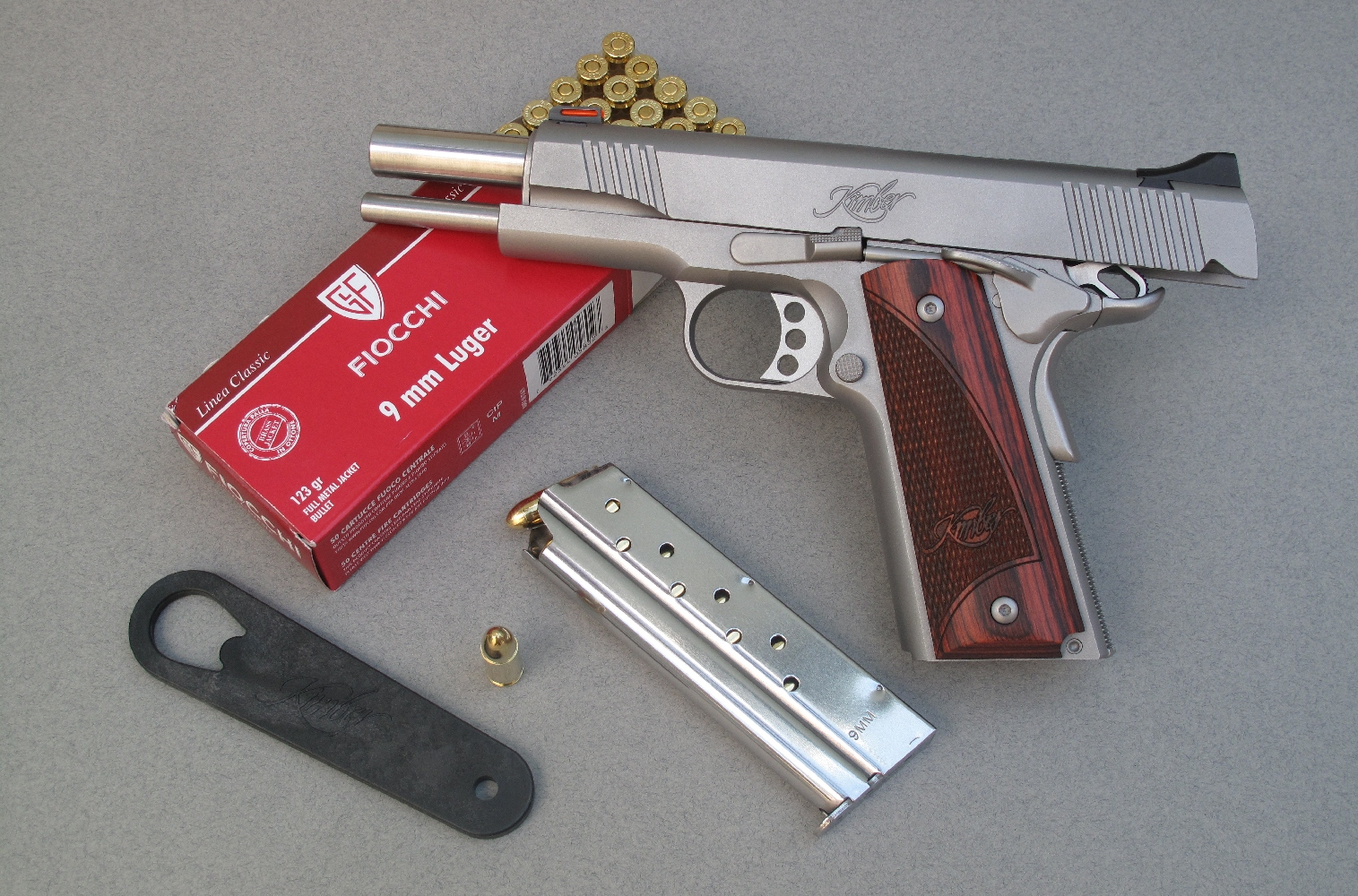 Ce pistolet est livré accompagné d'un seul chargeur et d'une clé de bushing en polymère pour faciliter son démontage.
