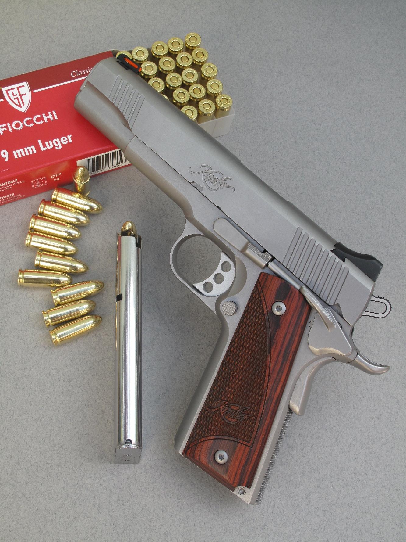 Le pistolet Kimber 1911 Stainless II est accompagné ici par son chargeur de neuf coups et par une boîte de cartouches à balle blindée manufacturée par la firme italienne Fiocchi.