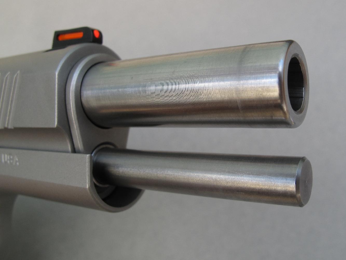 Cette vue de l'arme culasse ouverte permet de constater la présence d'une tige-guide allongée, usinée en acier massif.
