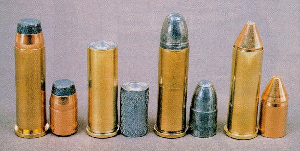 Les diverses munitions de calibre .38 Special utilisées pour les essais, de gauche à droite : manufacturée Denel PMP à balle demi-blindée bout plat 158 grains ; rechargées avec balle Wadcutter RT Match 149 grains, balle lead Round Nose SFM 158 grains et balle blindée conique Geco 158 grains.