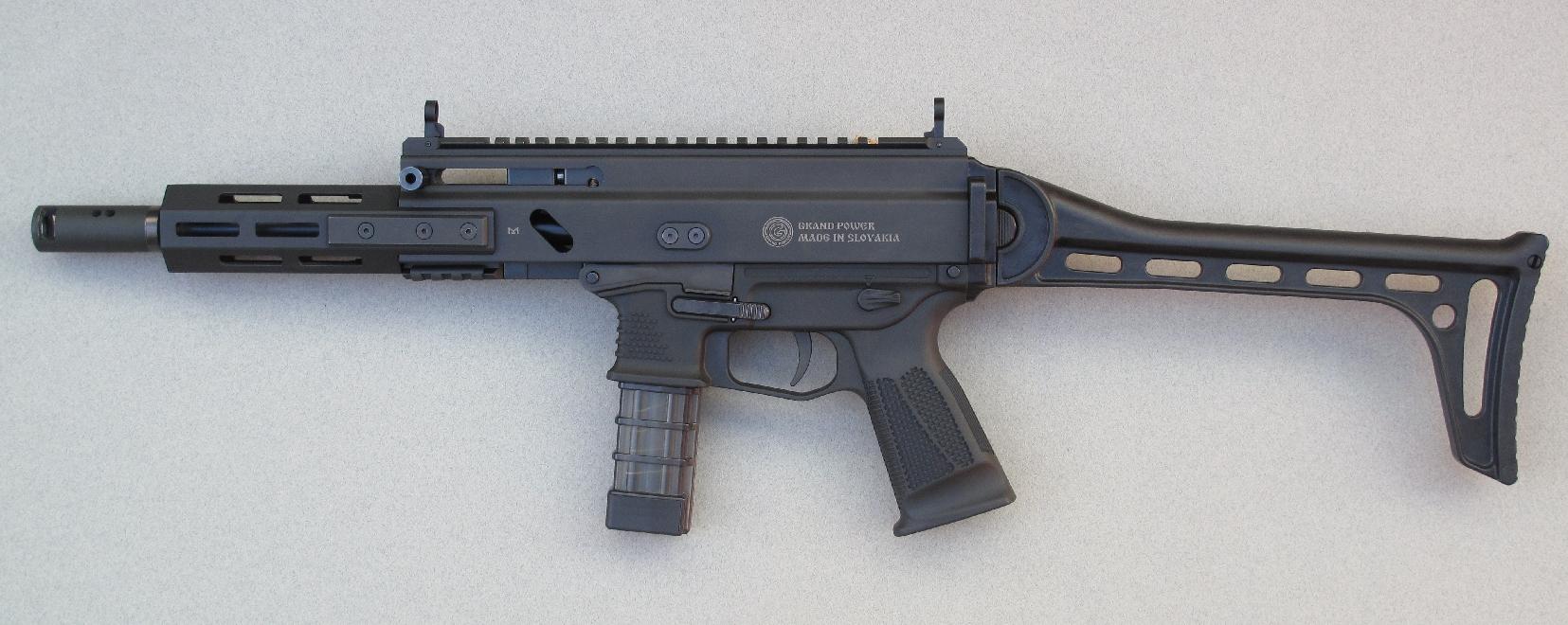 Cette carabine se révèle très compacte quand elle est alimentée par son chargeur de vingt coups et utilisée avec les éléments de visée mécaniques repliables qui équipent son rail Picatinny.