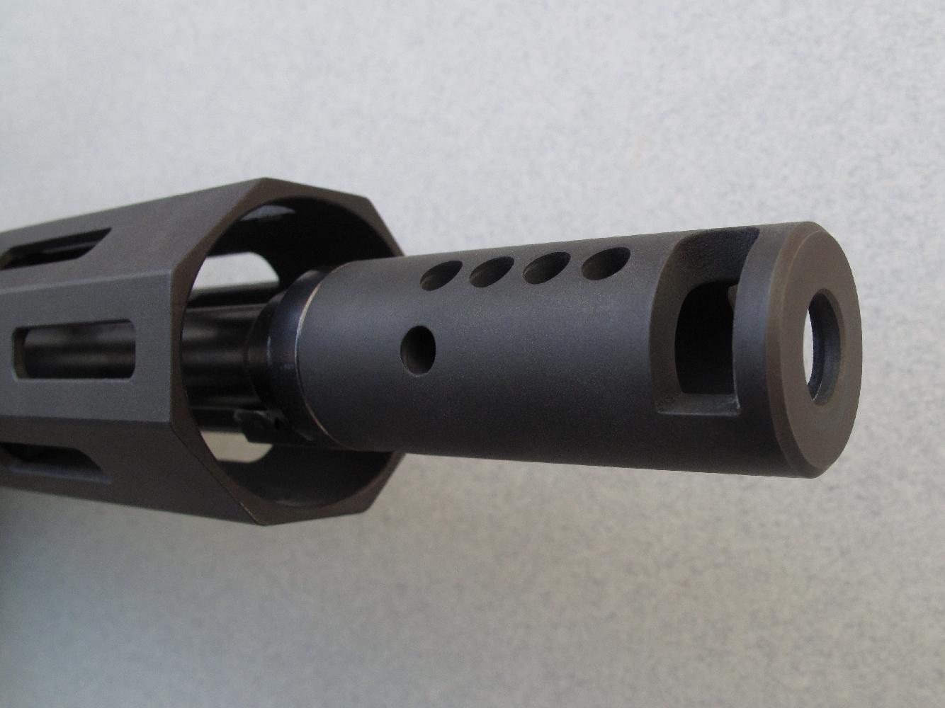 Cette carabine est dotée d'un lourd frein de bouche, vissé à l'extrémité du canon, dont les évents sont conçus pour limiter le recul et le relèvement.