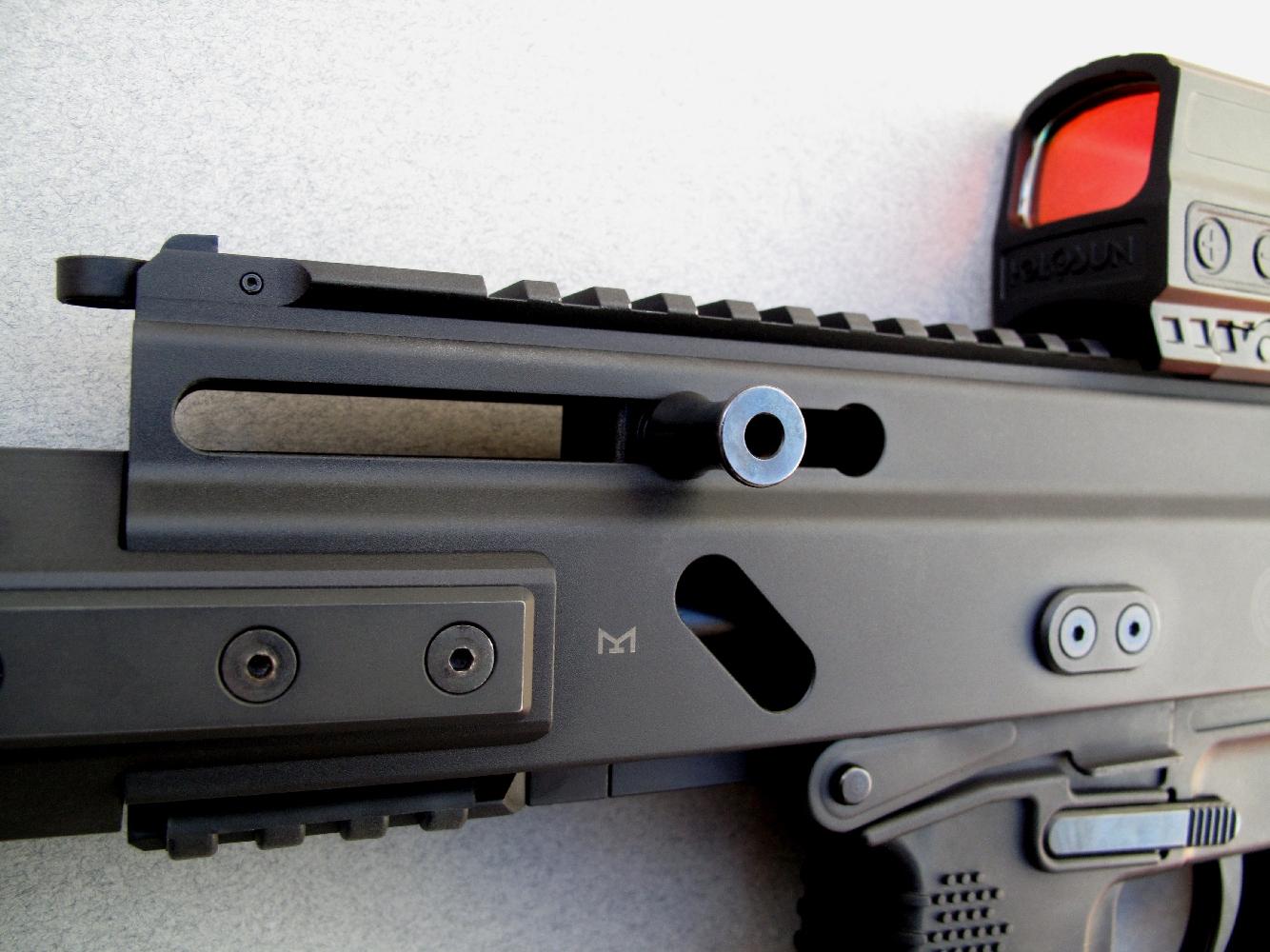 Le levier d'armement présente un double avantage : il est réversible et il n'est pas solidaire de la culasse.