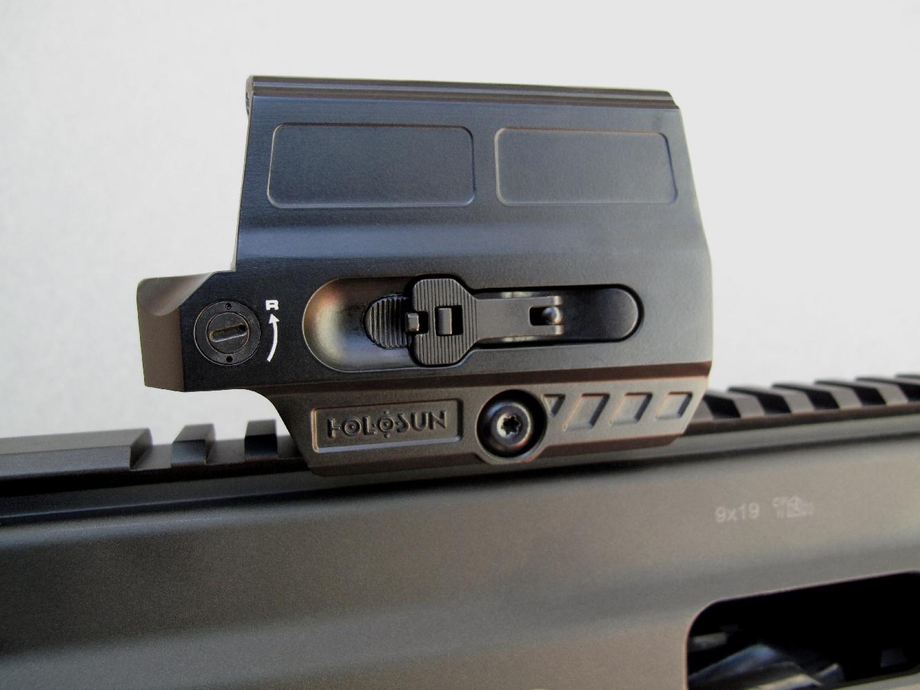 Le logement de la pile est accessible grâce au levier de déverrouillage placé sur le côté droit du viseur.