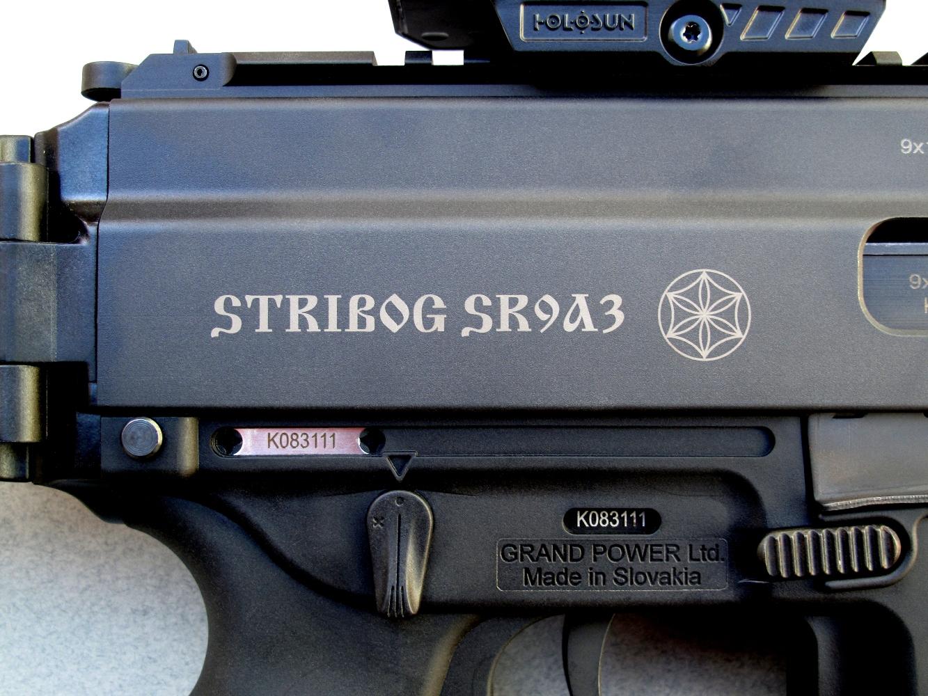 La dénomination du modèle est indiquée sur le flanc droit du boîtier de culasse.