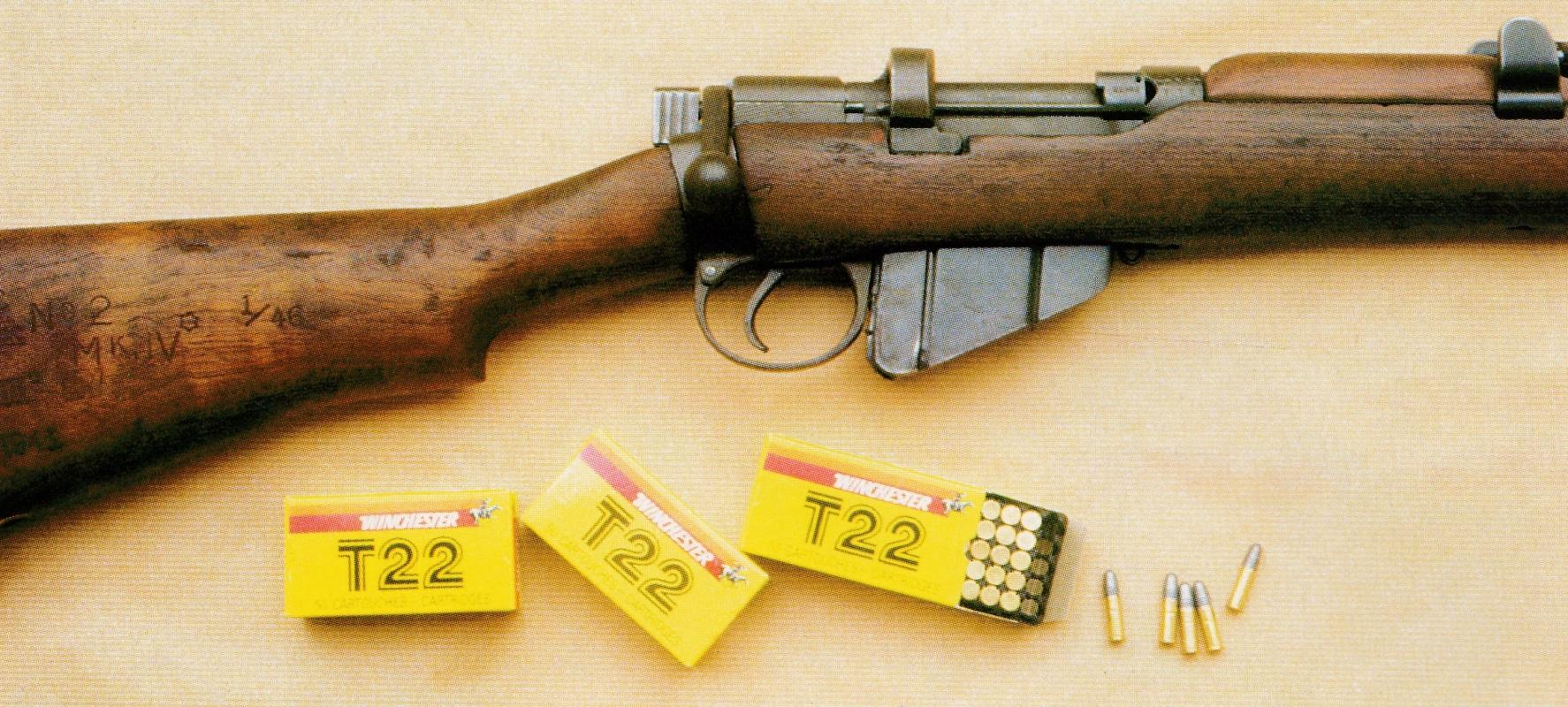 La présence de ces boîtes de cartouches de calibre .22 Long Rifle semble tout à fait anachronique, tant il est vrai qu'extérieurement rien ne différencie le fusil d'entraînement du fusil de guerre.