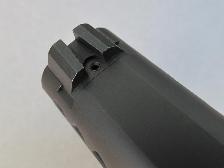 A noter que sa hausse, dont le blocage sur la queue d'aronde est assurée par une vis, dispose d'une partie frontale verticale spécialement conçue pour permettre d'armer la culasse sans avoir recours à la main faible, ce que les américains appellent « One-Handed Slide Racking ».