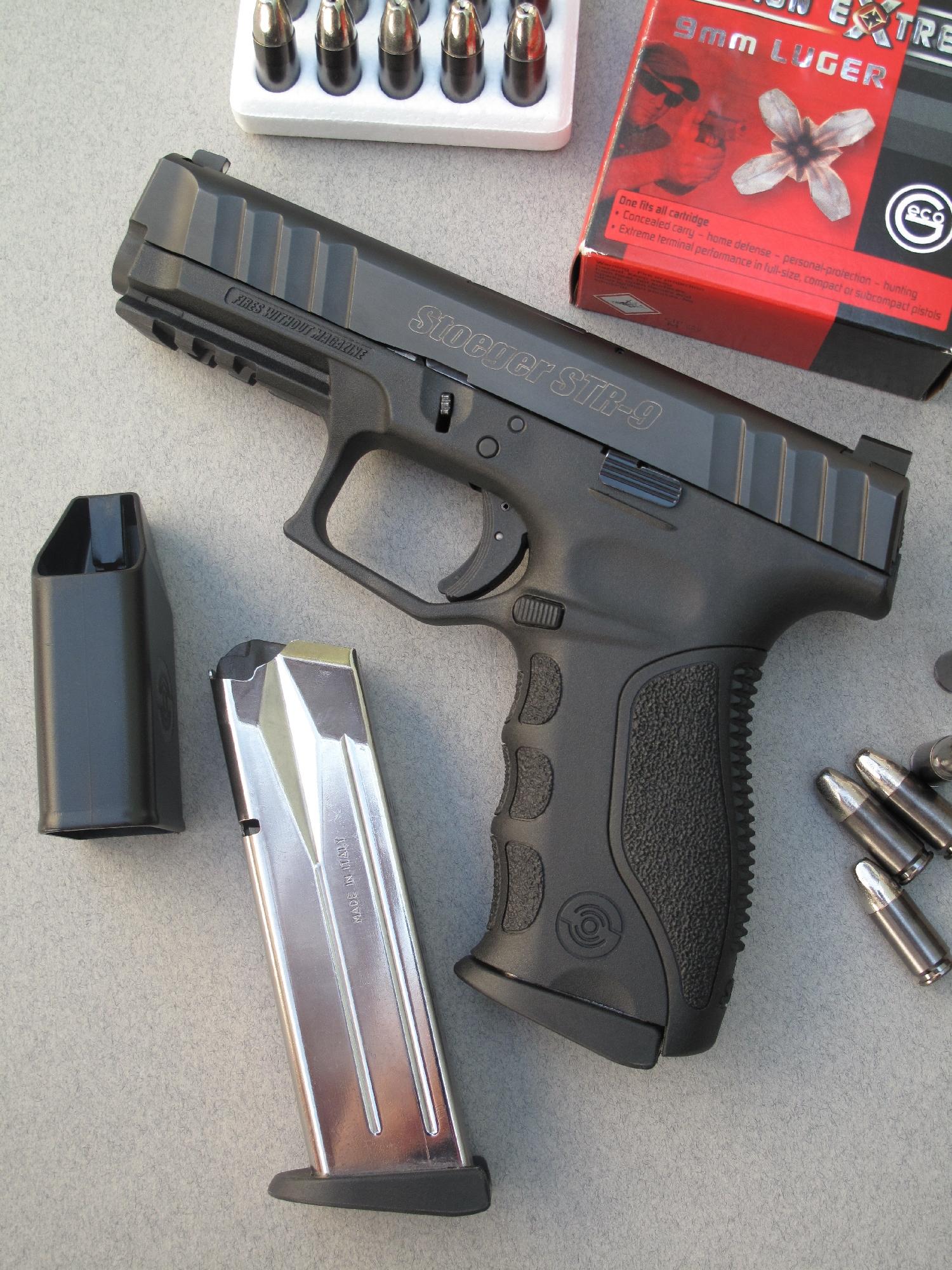Le pistolet Stoeger STR9, accompagné par son chargeur de rechange et par une boîte de munitions à balle expansive « Action Extreme » manufacturée par la firme allemande Geco.