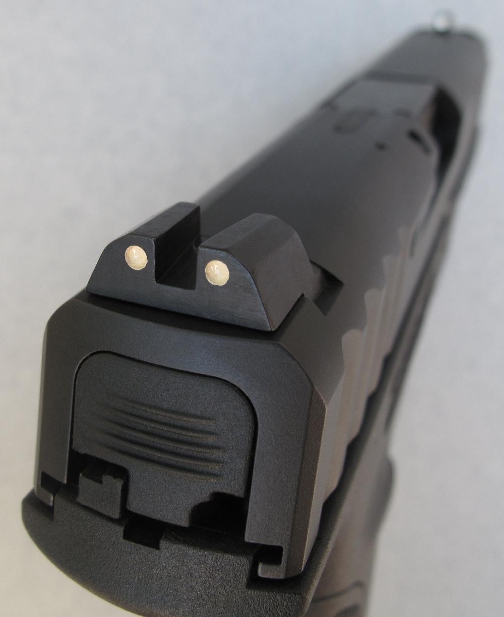 Sa hausse, usinée en acier et installée à queue d'aronde, peut être déplacée latéralement pour modifier le préréglage de l'arme en azimut.