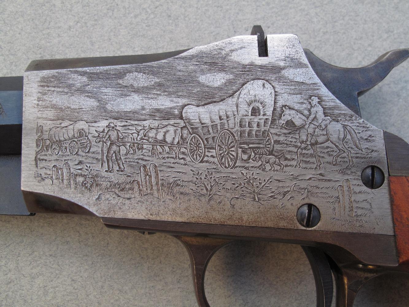 La gravure, sur le côté gauche de la carcasse, représente un convoi de pionniers en route vers l'Ouest, dans un paysage désertique dont les cactus rappellent ceux de l'Arizona. Les hommes accompagnent, à pied ou à cheval, les chariots tirés par des bœufs.