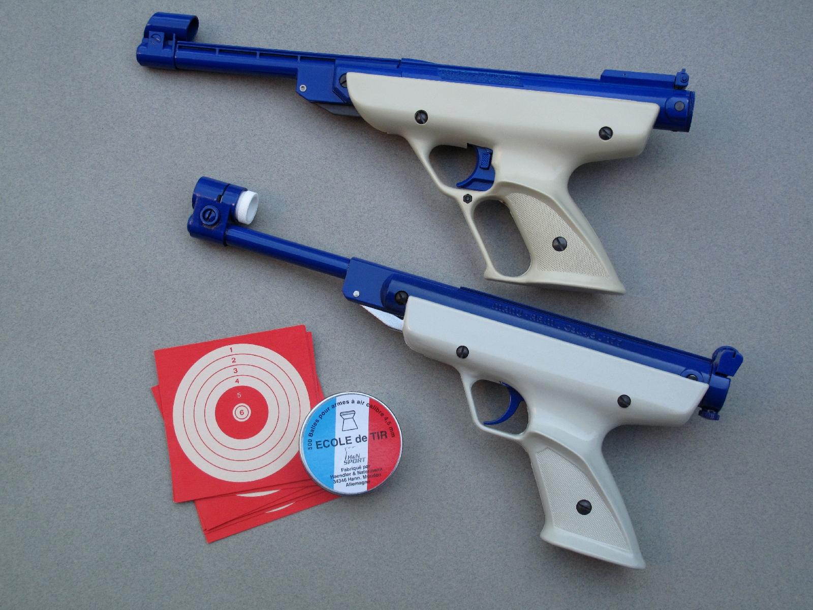 Manu-Arm avait eu l'idée de rendre plus attractifs ses pistolets en remplaçant le noir traditionnel par une laque bleue appliquée sur les parties métalliques, assortie à une poignée moulée en plastique blanc.